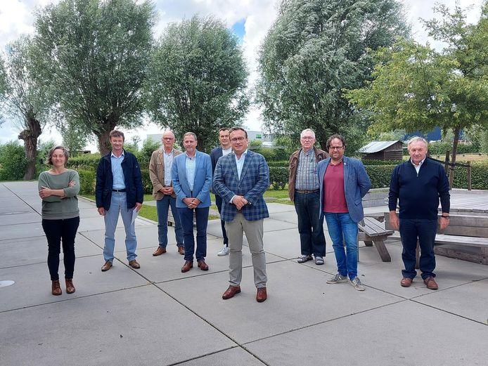 Adel Lannau van studiebureau Arcadis (links) en gedeputeerde voor mobiliteit, Jurgen Vanlerberghe met vertegenwoordigers van de betrokken gemeenten.