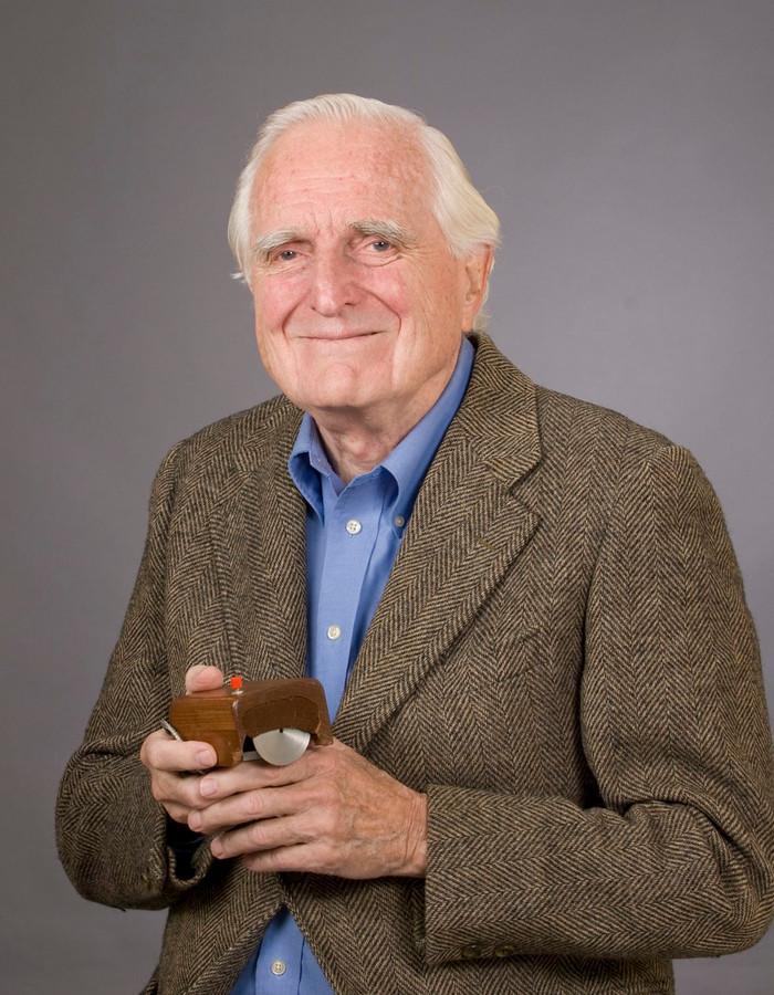 Douglas Engelbart met zijn muis in 2013.
