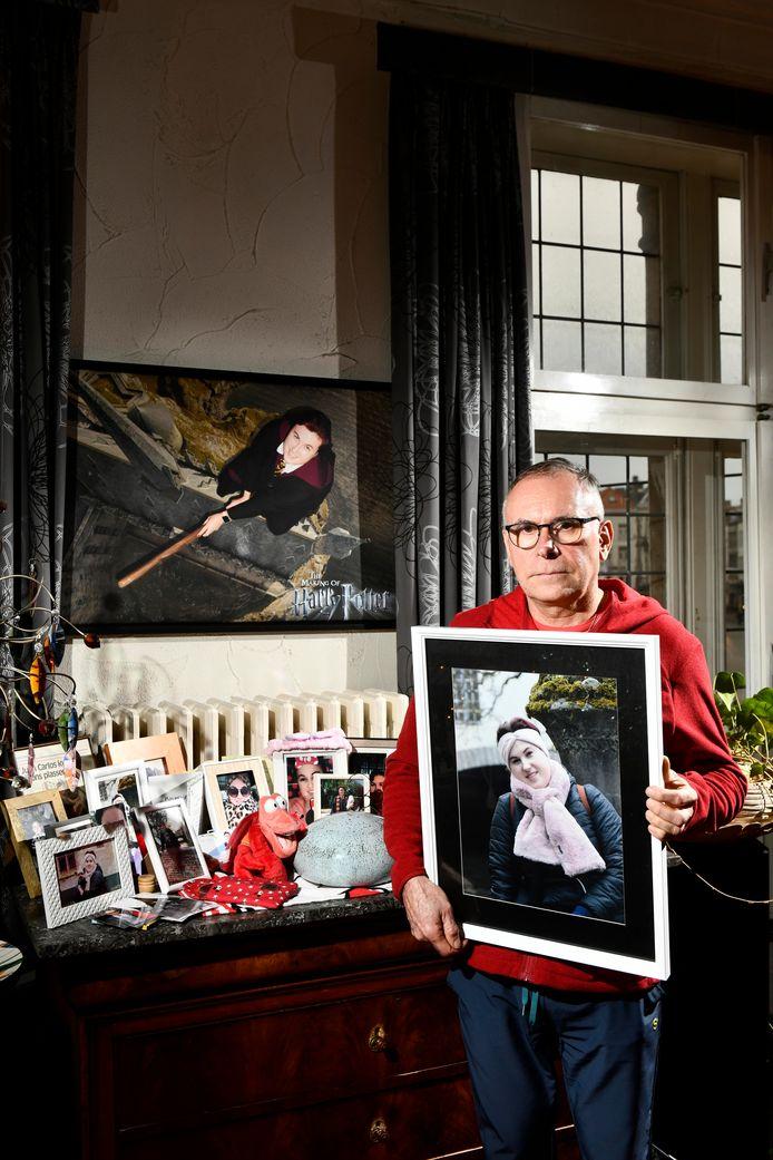 Conciërge Frank De Vos met een foto van zijn dochter Emmy in het huis in het Belfort.