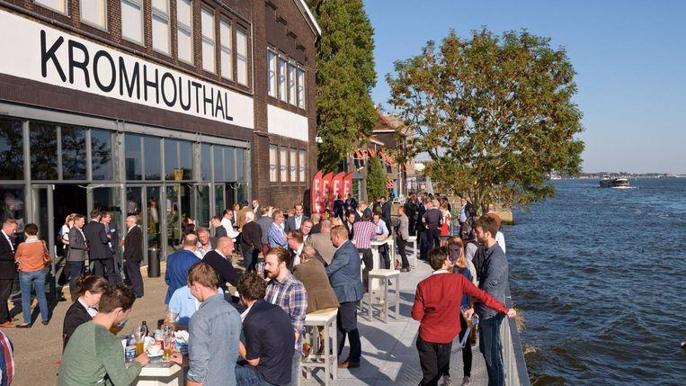 Het wordt mooi weer dit weekend, dus de Mooi Weer Bar is open. Beeld Kromhouthal