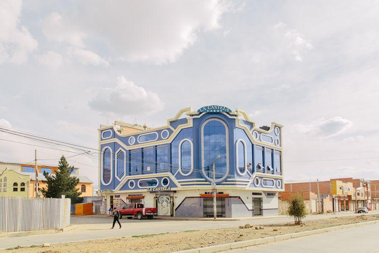 Een van de vele bontgekleurde gebouwen van de Boliviaanse architect Freddy Mamani. Beeld Kevin Faingnaert