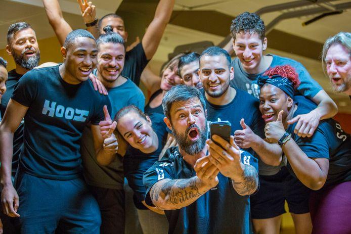 Fitness-goeroe Arie Boomsma geeft in 2019 in Den Haag een workout aan vluchtelingen met een verblijfsvergunning in het oude ministerie van Sociale Zaken.