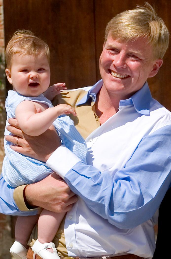 2004: op de arm bij vader Willem-Alexander.