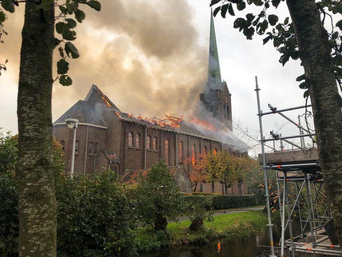 Het verwoeste dak van de rooms-katholieke kerk in Hoogmade.
