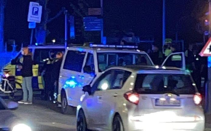Twee herrieschoppers werden opgepakt, één agent raakte gewond.