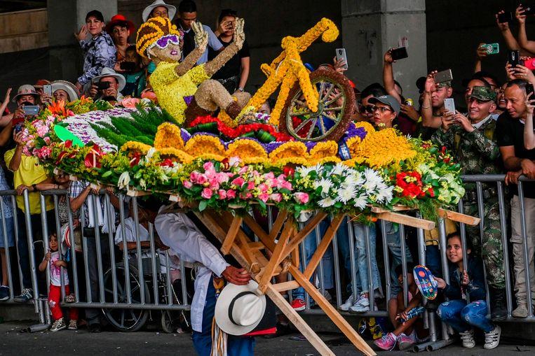 Op een bloemenfestival in Medellin wordt de eerste Tour-zege van Egan Bernal gevierd. Beeld AFP