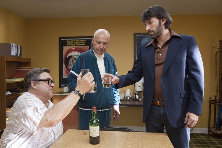 John Goodman (links), Alan Arkin (in het midden) en acteur en regisseur Ben Affleck in een scène van Argo. Beeld ap