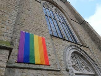 """Regenboogvlag wappert aan kerk: """"Voelen plaatsvervangende schaamte over uitspraken congregatie"""""""