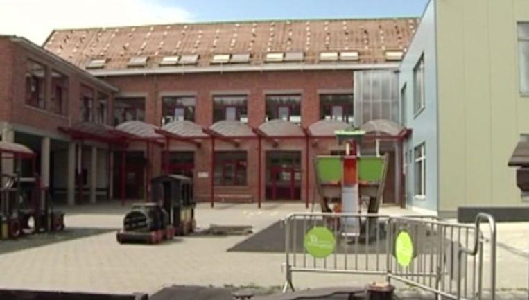 Asbest komt vrij bij verwijderen van dakpannen in school De Minne te Lebbeke Beeld Copyright : Geert De Rycke