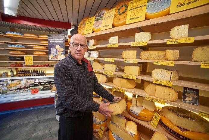 Charles de Meijer van 't Kaashuis stopt met zijn kaaswinkel in Uden. Johan Broeren uit Veghel neemt de zaak over.