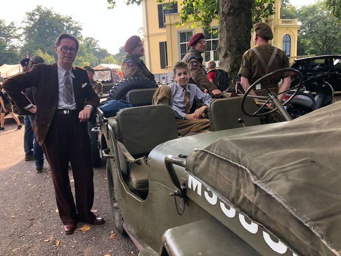 Frank de Koning (links) en Lucas Geluk uit Amsterdam genieten met volle teugen van alle aandacht bij Airborne Museum Hartenstein. Ze nemen voor het eerst deel aan de karavaan van Oosterbeek Airborne Battle Wheels.