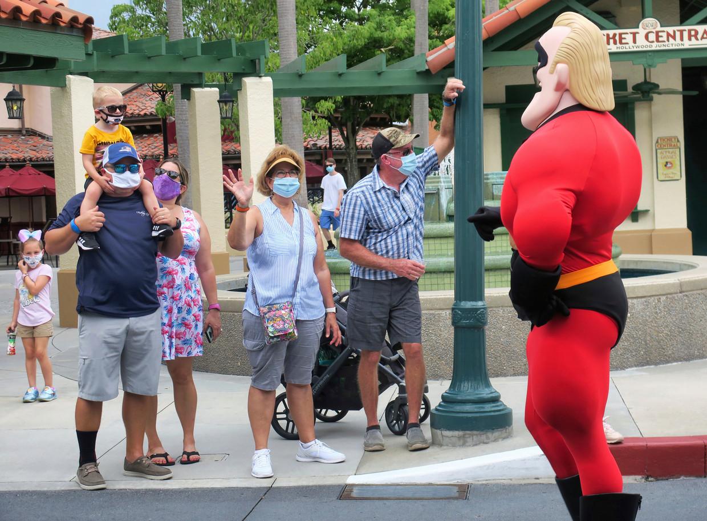 Bezoekers van Disney World zwaaien naar Mr. Incredible. Beeld AP