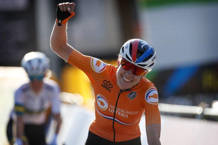 Anna van der Breggen komt met een grote glimlach over de finish.