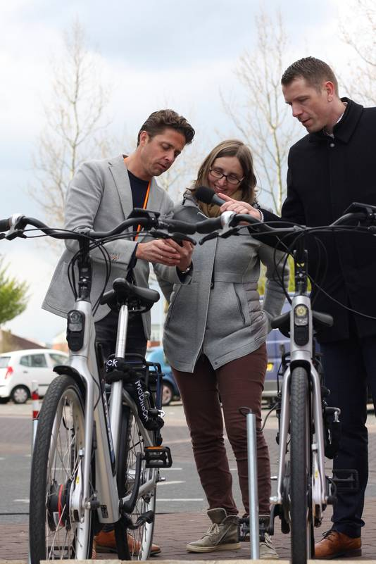 Wethouder Dimitri Horsthuis-Tangelder van de gemeente Overbetuwe bij een van de elektrische deelfietsen in Elst.