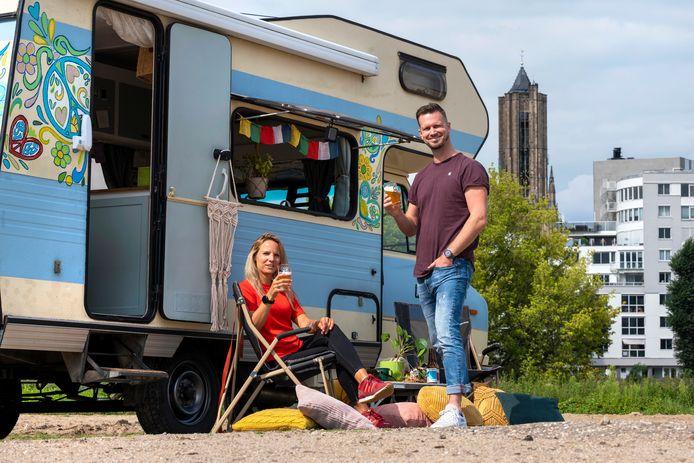 Joris Kok en z'n vrouw Reneé  met hun hippiecamper op Strand Zuid. Zij stoppen met hun werk en gaan met camper de wereld rond.