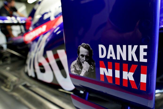 Een eerbetoon aan Niki Lauda op de Scuderia Toro Rosso STR14.