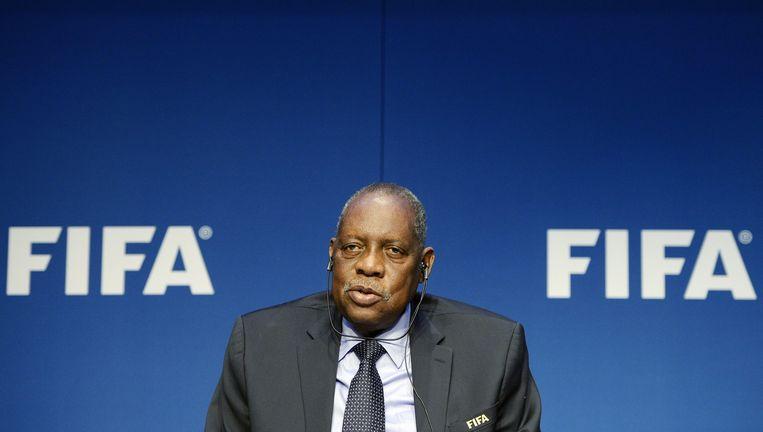 Waarnemend FIFA-voorzitter Issa Hayatou maakt de voorstellen bekend. Beeld © epa