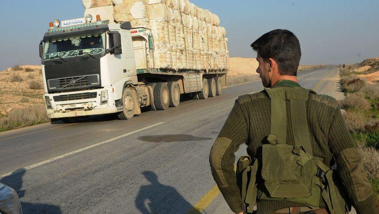Zo'n 60 kilometer ten westen van Raqqa is de laatste controlepost van het Syrische leger, daarna wordt het niemandsland. Beeld Teun Voeten
