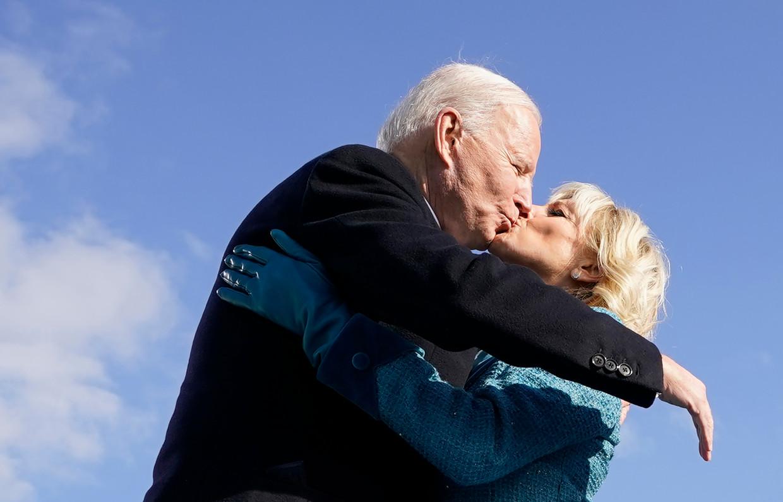 President Joe Biden kust zijn vrouw Jill na zijn eedaflegging. Beeld AFP