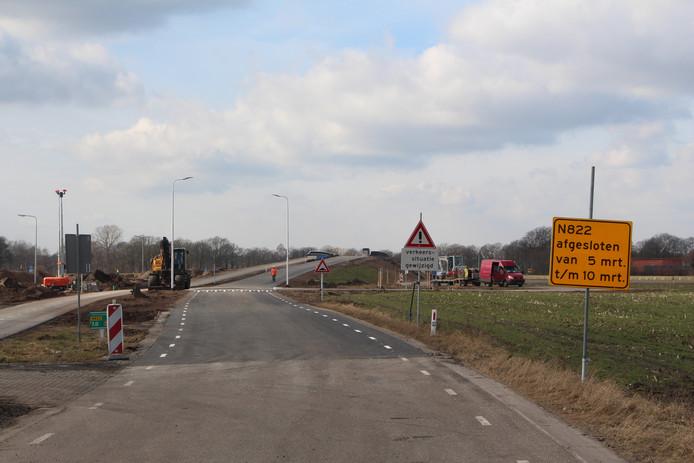De borden voor het viaduct over de N18 geven aan dat de N822 nog tot en met zaterdag zal zijn afgesloten.