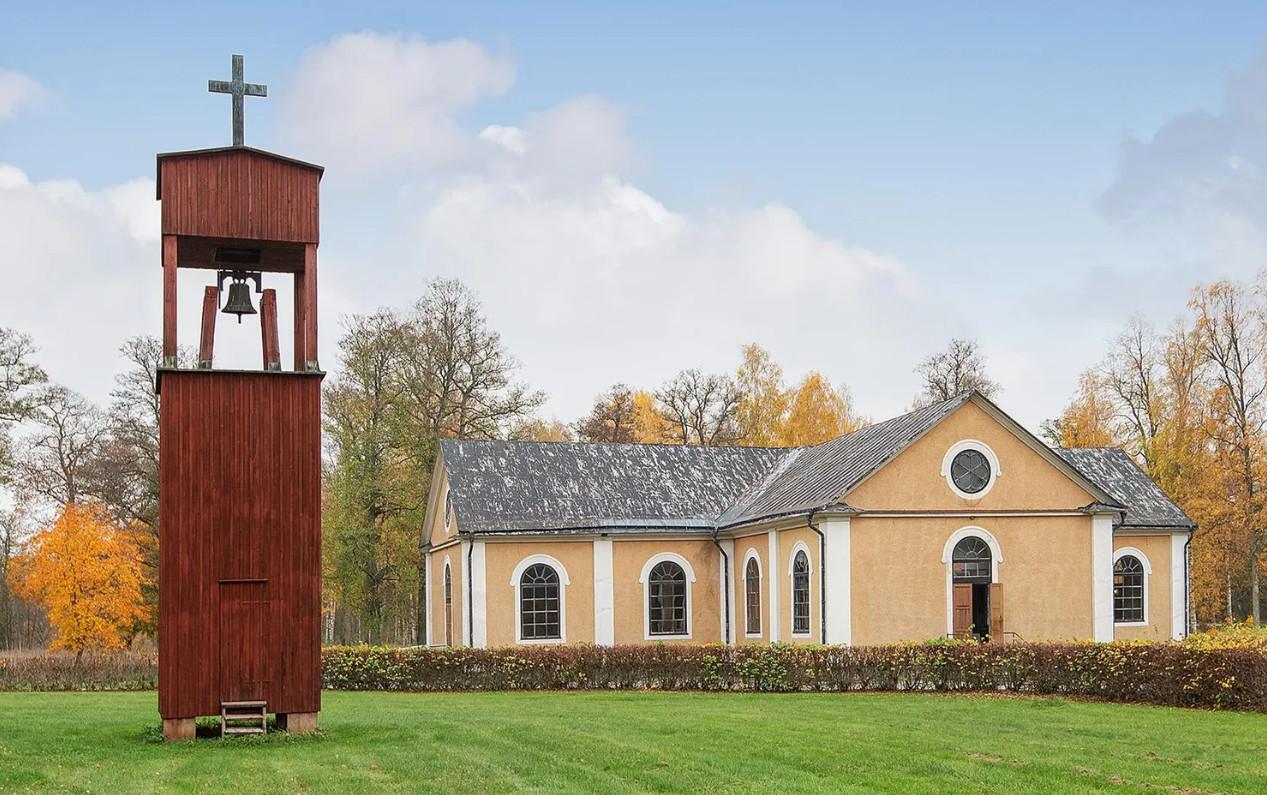 De gedeclasseerde kerk van Sätra Brunn.
