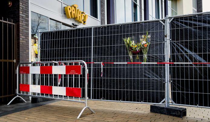 26 oktober: bloemen aan de afgezette Pathé-bioscoop in Groningen.