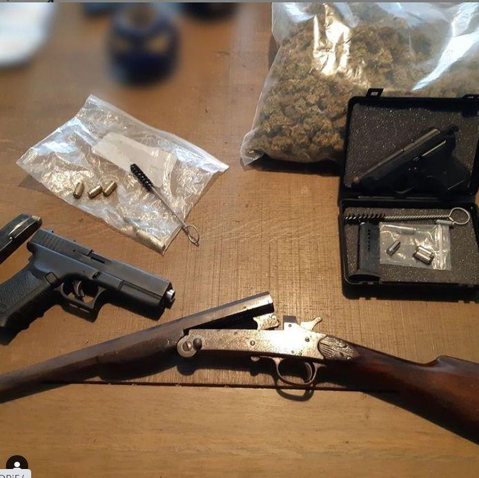 De politie trof diverse verdovende middelen en wapens aan in de woning in Vaartbroek.