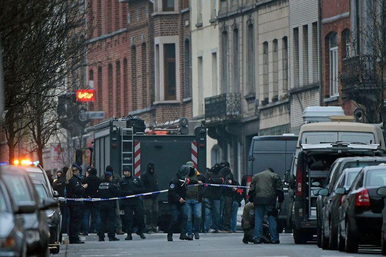 Op 18 maart werden in de Vierwindenstraat in Molenbeek drie verdachten opgepakt, onder wie Salah Abdeslam en Abid Aberkan. Beeld Photo News