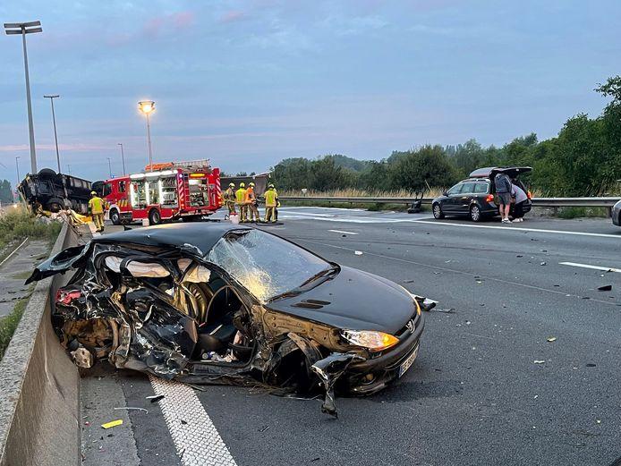 De Franse Peugeot stond stil in het midden van de snelweg E17 in Harelbeke.