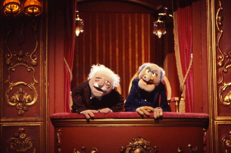 Statler en Waldorf, twee opa's die iedereen op de korrel nemen.  Beeld Disney