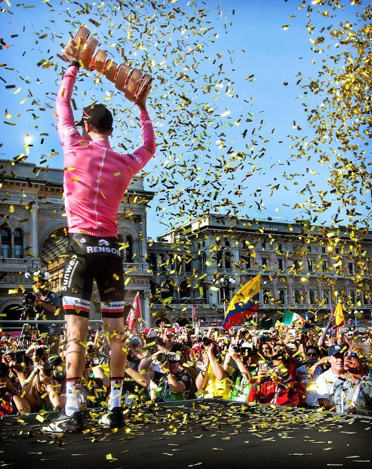 Historisch moment in Milaan: Tom Dumoulin wint de Giro van 2017. Beeld Klaas Jan van der Weij/de Volkskrant