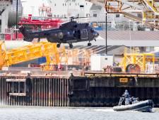 Bijzondere beelden: platform in de Rotterdamse haven bestormd bij defensie-oefening
