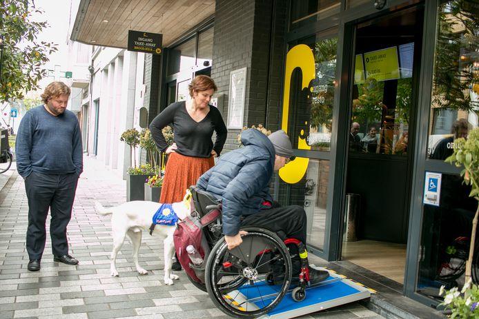 Rolstoelgebruiker Sam Buytaert test het nieuwe 'bellend vlak' uit aan 't Centerken in de Stationsstraat.