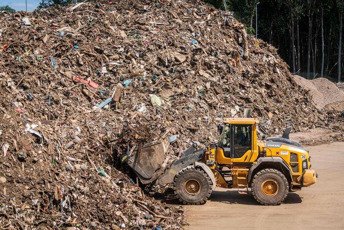 Un engin déplace des déchets au centre de gestion des déchets provenant des régions inondées de la vallée de l'Ahr, à Niederzissen, en Rhénanie-du-Nord-Westphalie, dans l'ouest de l'Allemagne, le 30 juillet 2021. Plus de 30.000 tonnes de déchets ont déjà été livrées au centre de gestion des déchets depuis le début des travaux de déblaiement, quelques jours après que de fortes pluies et des inondations aient causé d'importants dégâts dans la région de l'Ahr.