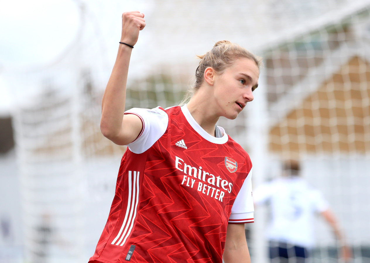 Vivianne Miedema viert haar goal tegen Tottenham Hotspur.