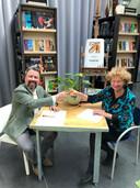 Bart Louwers en Nan van Schendel proosten op de samenwerking.