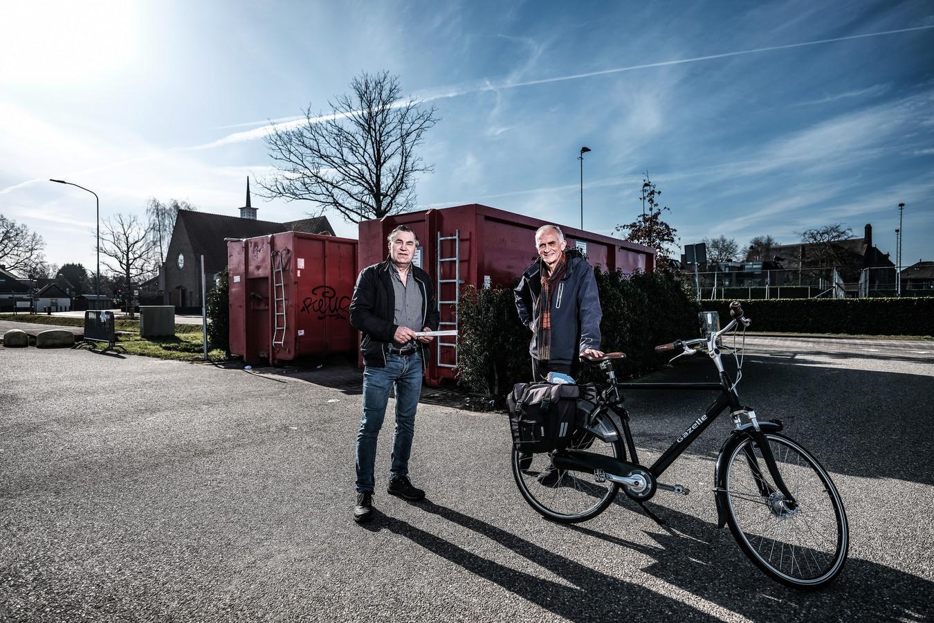 Paul Janssen (links) en John Kemper (rechts) voor de papiercontainers in Westervoort.