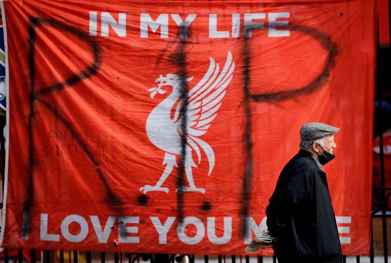 Een anti-Super League-vlag buiten het stadion van Liverpool. Beeld Reuters