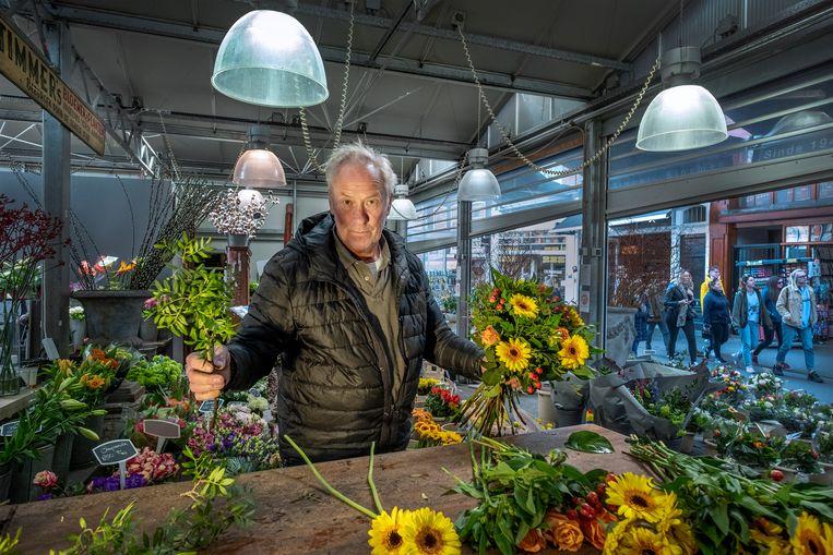 Michael Saarloos, de laatste bloemist op de Bloemenmarkt aan het Singel in Amsterdam, stopt ermee. 'Ik heb helemaal genoeg van alle toeristen die mijn handel verpesten.' Beeld Patrick Post