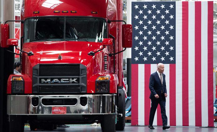 Joe Biden tijdens zijn bezoek aan een vrachtwagencontructeur in Pennsylvania.