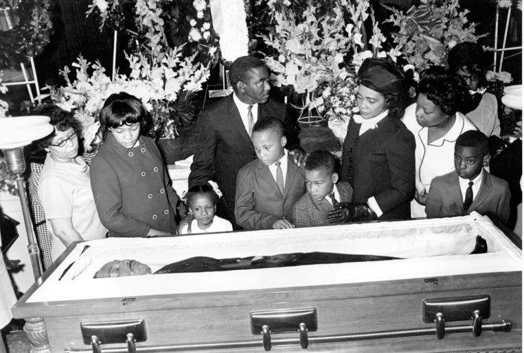 Coretta Scott King en haar vier kinderen bij de doodskist van de vermoorde Martin Luther King Jr. in 1968. Beeld AP