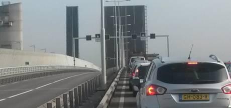 Hartelbrug weer omlaag, maar nog erg druk op de weg