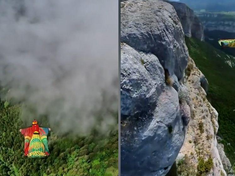 Skydivers springen van metershoge berg en vliegen razendsnel door de wolken