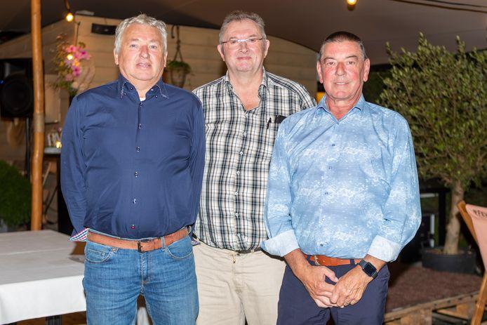 Sportief verantwoordelijke Hans Holderbeke, voorzitter Danny De Pelecijn en secretaris Guy De Vos van Indulek Kelderke Erwetegem kijken uit naar de competitiestart van het minivoetbal.