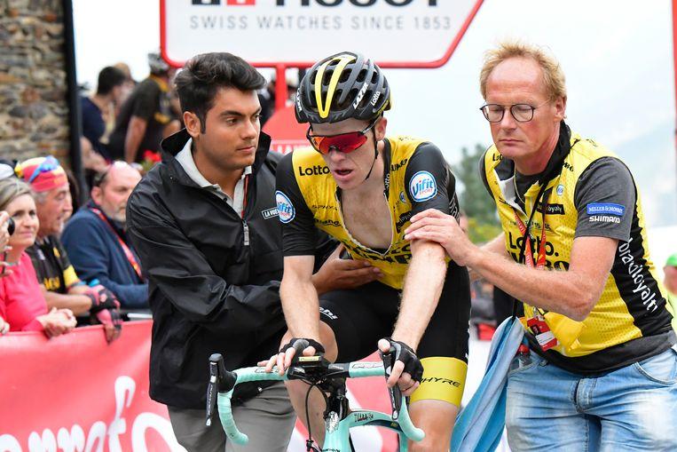 Steven Kruijswijk wordt ondersteund, net na de finish van de laatste bergetappe van deze Vuelta. Beeld BELGA