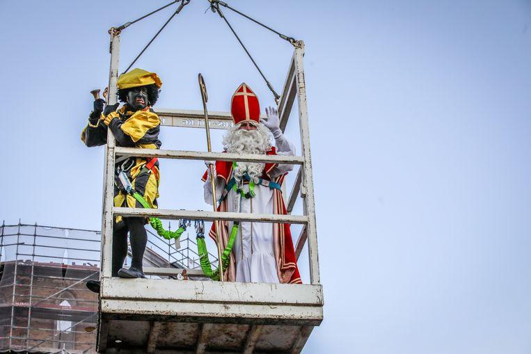 Zwarte Piet met hoogtevrees aan de Sint-Niklaaskerk