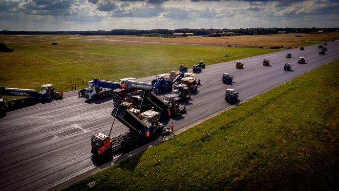 De hoofdbaan van vliegbasis Gilze-Rijen wordt vanaf juli tot oktober vervangen. De twee nieuwe asfaltlagen aanbrengen is een mega-operatie met negen asfaltmachines en vele honderden vrachtwagens.