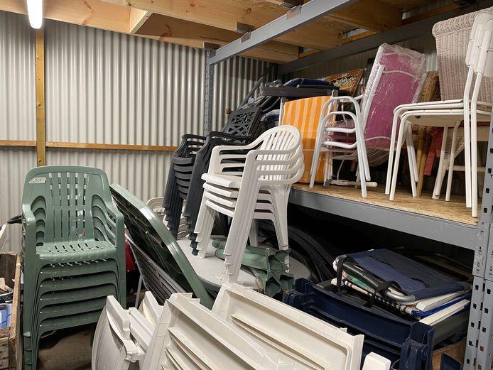 Tal van stoelen en tuinmateriaal zullen komende maand opnieuw voor een mooi prijsje te koop zijn bij kringloopwinkel Okazi in Hasselt.
