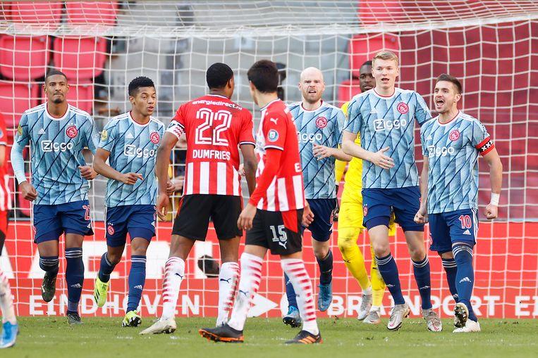 Aanvoerders Tadic en Dumfries met elkaar in de clinch na de late 1-1 van de Ajacied in Eindhoven.  Beeld Pro Shots / Stanley Gontha