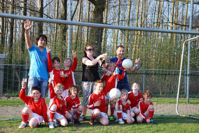 Een jeugdteam van Unitas'59 viert een kampioenschap.